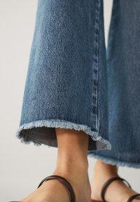 Massimo Dutti - MIT HOHEM BUND UND AUSGEFRANSTEM SAUM  - Flared Jeans - blue - 11