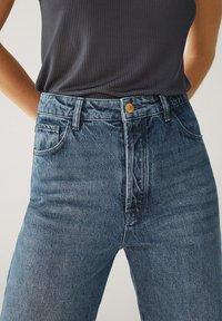Massimo Dutti - MIT HOHEM BUND UND AUSGEFRANSTEM SAUM  - Flared Jeans - blue - 10
