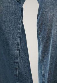 Massimo Dutti - MIT HOHEM BUND UND AUSGEFRANSTEM SAUM  - Flared Jeans - blue - 21