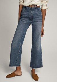 Massimo Dutti - MIT HOHEM BUND UND AUSGEFRANSTEM SAUM  - Flared Jeans - blue - 0