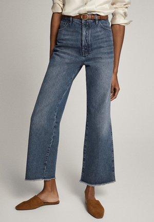 MIT HOHEM BUND UND AUSGEFRANSTEM SAUM  - Jeans a zampa - blue