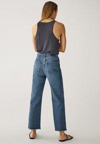 Massimo Dutti - MIT HOHEM BUND UND AUSGEFRANSTEM SAUM  - Flared Jeans - blue - 18