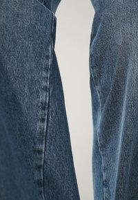 Massimo Dutti - MIT HOHEM BUND UND AUSGEFRANSTEM SAUM  - Flared Jeans - blue - 12