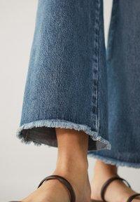 Massimo Dutti - MIT HOHEM BUND UND AUSGEFRANSTEM SAUM  - Flared Jeans - blue - 16