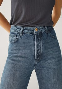 Massimo Dutti - MIT HOHEM BUND UND AUSGEFRANSTEM SAUM  - Flared Jeans - blue - 15