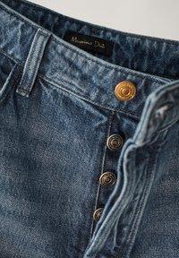 Massimo Dutti - MIT HOHEM BUND UND AUSGEFRANSTEM SAUM  - Flared Jeans - blue - 24
