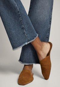 Massimo Dutti - MIT HOHEM BUND UND AUSGEFRANSTEM SAUM  - Flared Jeans - blue - 5