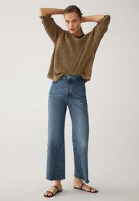 Massimo Dutti - MIT HOHEM BUND UND AUSGEFRANSTEM SAUM  - Flared Jeans - blue - 6