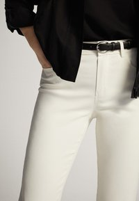 Massimo Dutti - CROPPED-HOSE IM SLIM-FIT MIT GUMMIERTEM FINISH UND HALBHOHEM BUN - Trousers - white - 4