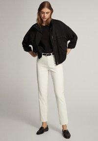 Massimo Dutti - CROPPED-HOSE IM SLIM-FIT MIT GUMMIERTEM FINISH UND HALBHOHEM BUN - Trousers - white - 1
