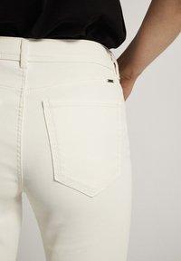 Massimo Dutti - CROPPED-HOSE IM SLIM-FIT MIT GUMMIERTEM FINISH UND HALBHOHEM BUN - Trousers - white - 5