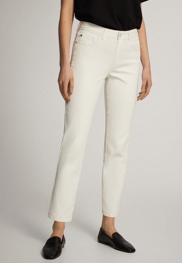 MIT GUMMIERTEM FINISH UND HALBHOHEM BUN - Spodnie materiałowe - white