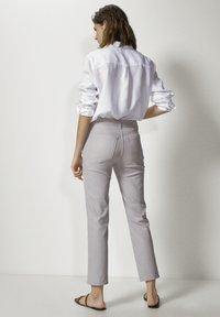 Massimo Dutti - MIT GUMMIERTEM FINISH UND HALBHOHEM BUN - Trousers - beige - 2