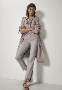 Massimo Dutti - MIT GUMMIERTEM FINISH UND HALBHOHEM BUN - Trousers - beige - 1