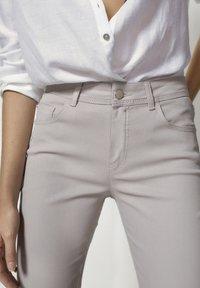 Massimo Dutti - MIT GUMMIERTEM FINISH UND HALBHOHEM BUN - Trousers - beige - 4