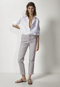 Massimo Dutti - MIT GUMMIERTEM FINISH UND HALBHOHEM BUN - Trousers - beige - 0