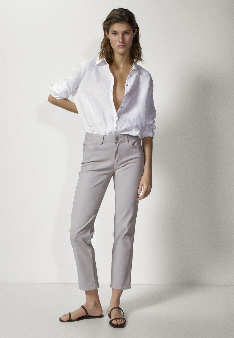 Massimo Dutti - MIT GUMMIERTEM FINISH UND HALBHOHEM BUN - Trousers - beige