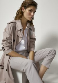 Massimo Dutti - MIT GUMMIERTEM FINISH UND HALBHOHEM BUN - Trousers - beige - 3