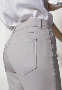 Massimo Dutti - MIT GUMMIERTEM FINISH UND HALBHOHEM BUN - Trousers - beige - 5