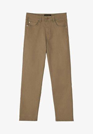 MIT GUMMIERTEM FINISH UND HALBHOHEM BUN - Trousers - brown