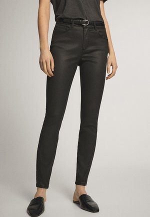 CROPPED-HOSE IM SLIM-FIT MIT GUMMIERTEM FINISH UND HALBHOHEM BUN - Trousers - black