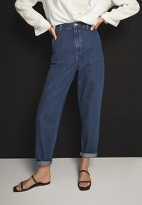Massimo Dutti - MIT HOHEM BUND 05053724 - Straight leg jeans - blue - 4