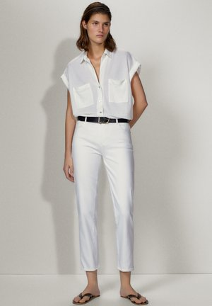 MIT HALBHOHEM BUND  - Slim fit jeans - white