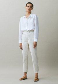 Massimo Dutti - MIT WEITEM BEIN - Straight leg jeans - beige - 0