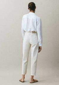 Massimo Dutti - MIT WEITEM BEIN - Straight leg jeans - beige - 1