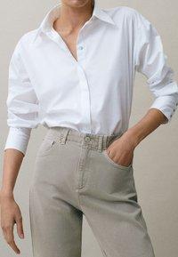 Massimo Dutti - MIT WEITEM BEIN - Straight leg jeans - grey - 3