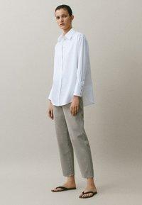 Massimo Dutti - MIT WEITEM BEIN - Straight leg jeans - grey - 1