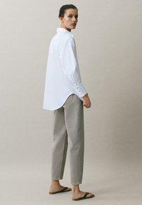 Massimo Dutti - MIT WEITEM BEIN - Straight leg jeans - grey - 2
