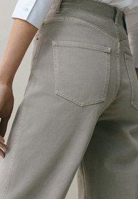 Massimo Dutti - MIT WEITEM BEIN - Straight leg jeans - grey - 4