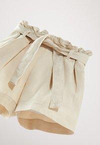 Massimo Dutti - MIT GÜRTEL  - Denim shorts - beige - 5