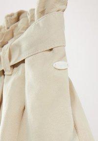 Massimo Dutti - MIT GÜRTEL  - Denim shorts - beige - 6