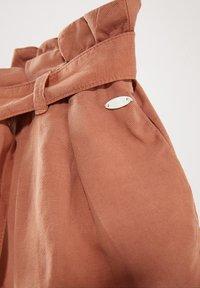 Massimo Dutti - MIT GÜRTEL  - Denim shorts - neon pink - 4