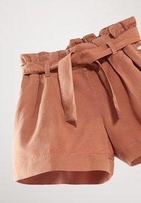 Massimo Dutti - MIT GÜRTEL  - Denim shorts - neon pink - 3