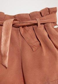 Massimo Dutti - MIT GÜRTEL  - Denim shorts - neon pink - 2