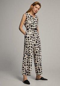 Massimo Dutti - MIT PRINT IN SCHWARZ UND WEISS - Tuta jumpsuit - white - 3