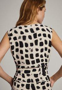 Massimo Dutti - MIT PRINT IN SCHWARZ UND WEISS - Tuta jumpsuit - white - 1