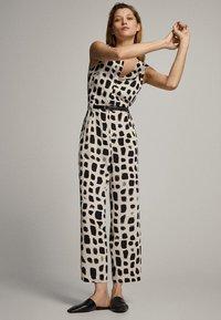 Massimo Dutti - MIT PRINT IN SCHWARZ UND WEISS - Tuta jumpsuit - white - 4