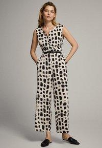 Massimo Dutti - MIT PRINT IN SCHWARZ UND WEISS - Tuta jumpsuit - white - 2