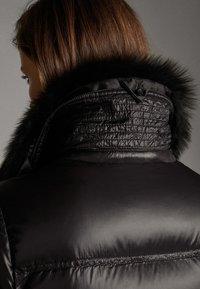 Massimo Dutti - MIT FELLBESATZ - Gewatteerde jas - black - 5