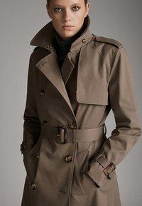 Massimo Dutti - Trenchcoat - brown - 2