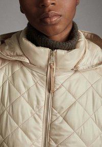 Massimo Dutti - MIT ABNEHMBARER KAPUZE - Winter jacket - beige - 5