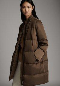 Massimo Dutti - GESTEPPTE DAUNEN-BOMBERJACKE 06715900 - Winter coat - brown - 0