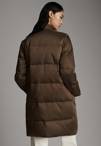Massimo Dutti - GESTEPPTE DAUNEN-BOMBERJACKE 06715900 - Winter coat - brown - 2