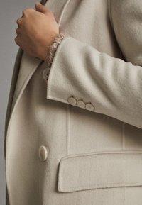 Massimo Dutti - ZWEIREIHIGER HANDMADE-BLAZER AUS WOLLE 06060526 - Halflange jas - light grey - 6