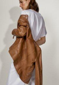 Massimo Dutti - LEDERJACKE MIT DOPPELTEM DRUCKKNOPFVERSCHLUSS AM KRAGEN 04751751 - Skinnjacka - brown - 3