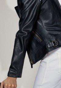Massimo Dutti - SCHWARZE BIKERJACKE AUS LEDER 04752752 - Leren jas - black - 8